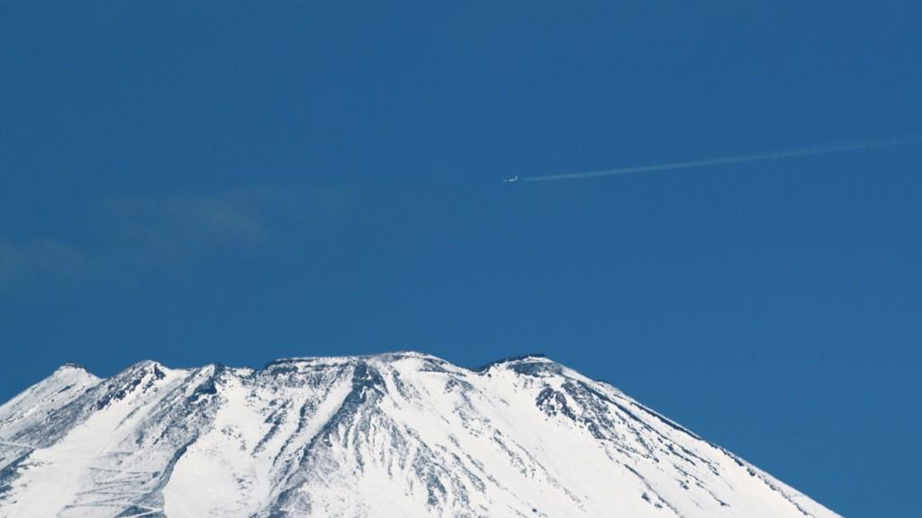 北側航路を飛ぶ飛行機